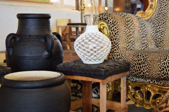 Abastecimiento de jarrones rústicos como decoración ibicenca