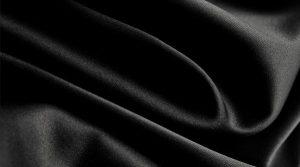 Cómo estirar el vestido negro durante las temporadas